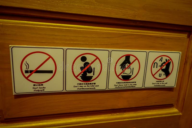 CHIANG RAI, ΤΑΪΛΆΝΔΗ - 1 ΦΕΒΡΟΥΑΡΊΟΥ 2018: Το πληροφοριακό σημάδι μην επιτρεμμένος, που καπνίζει, δεν περπατεί στην τουαλέτα κάθε στοκ εικόνα