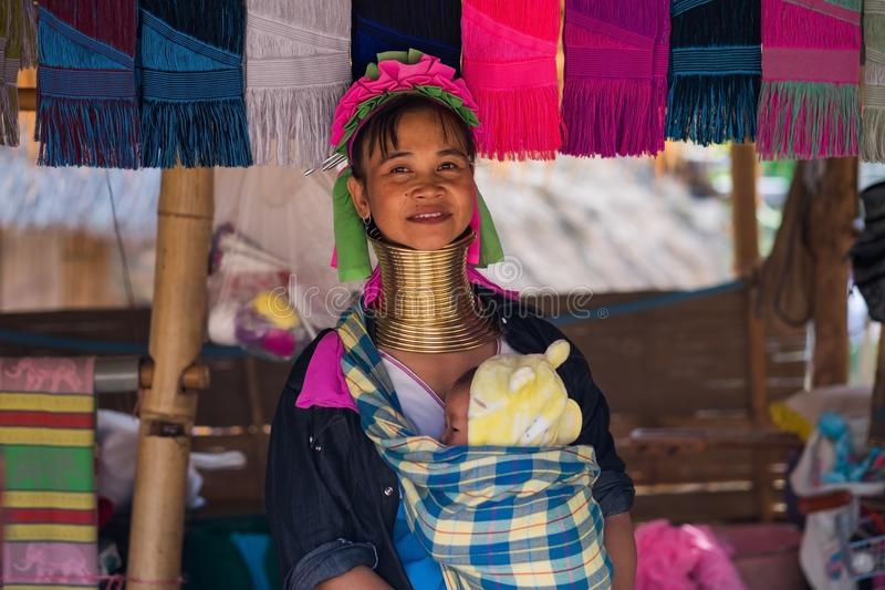 Chiang Rai, Таиланд, 4-ое ноября 2017, длинная женщина шеи от племени Карена с младенцем стоковые изображения