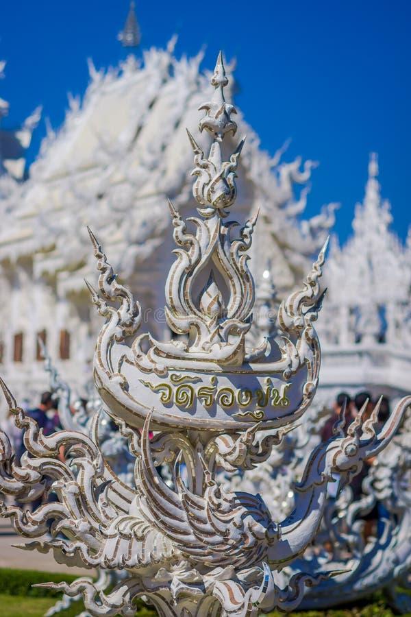 CHIANG RAI, ТАИЛАНД - 1-ОЕ ФЕВРАЛЯ 2018: Закройте вверх селективного фокуса белых статуй на белом виске расположенном в Chiang стоковые фото