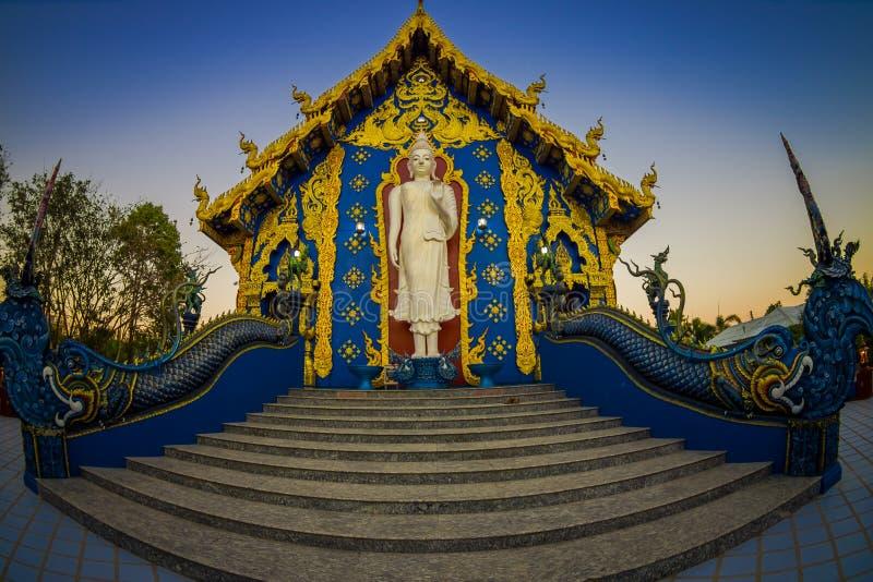 CHIANG RAI, ТАИЛАНД - 1-ОЕ ФЕВРАЛЯ 2018: Красивый внешний взгляд белого budha на входе виска сини Rong Sua 10 стоковое фото