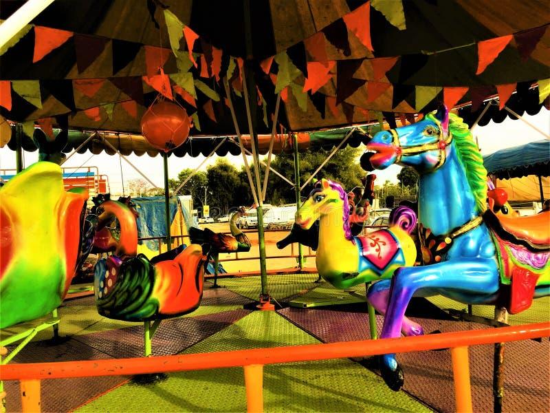 Chiang Rai, Таиланд - 3-ье января, 2019: Красочный получившийся отказ carousel в спортивной площадке в деревне Таиланд традици стоковые изображения