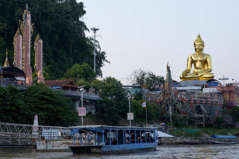 CHIANG RAI LANDSKAP, THAILAND - NOVEMBER 4 2017: Buddhastaty på den guld- triangeln arkivbilder