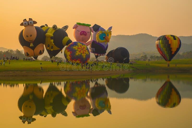 CHIANG RAI, TAILÂNDIA - 14 DE FEVEREIRO: Ame o balão de ar quente na FESTA 2016 do BALÃO de CHIANG RAI do PARQUE de SINGHA foto de stock royalty free