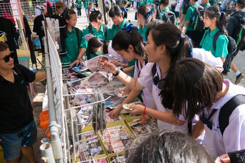 CHIANG RAI, TAILÂNDIA - 21 DE MAIO DE 2017: Meninas asiáticas do estudante loucas fotografia de stock royalty free