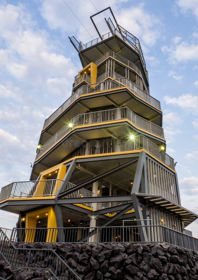 CHIANG RAI, TAILÂNDIA - 11 DE MARÇO DE 2017: Torre de Zipline no parque de Singha, província de Chiang Rai, Tailândia fotos de stock