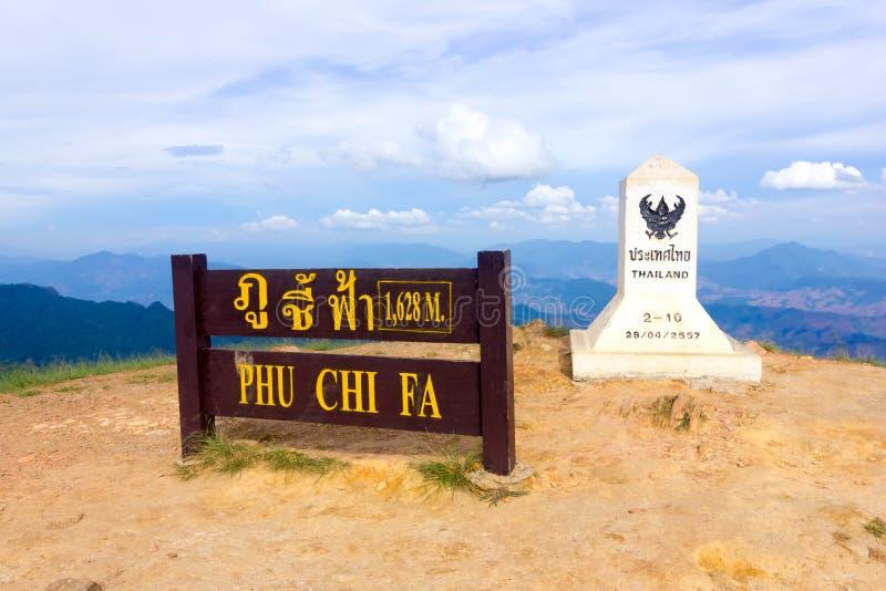 Chiang Rai, Tailândia, o 1º de julho de 2015: Marca do limite entre Tailândia e Laos na cimeira do fá do qui de Phu imagem de stock royalty free