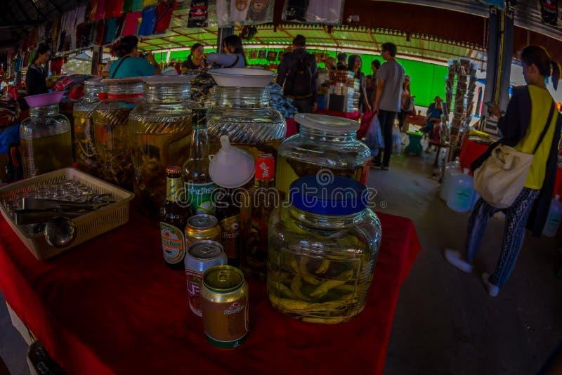 CHIANG RAI, TAILÂNDIA - 1º de fevereiro de 2018 acima da vista de garrafas do uísque, preparada por locals em uma ilha em Laos, c fotografia de stock royalty free