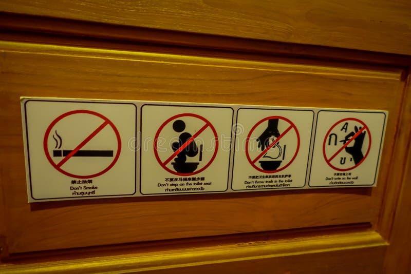 CHIANG RAI, TAILÂNDIA - 1º DE FEVEREIRO DE 2018: O sinal informativo do não reservado, fumando, não pisa no toalete senta-se, não imagem de stock