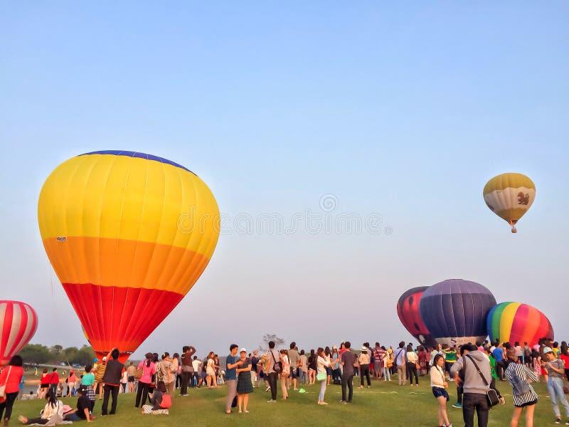 Chiang Rai, Tail?ndia - 14 de fevereiro de 2016: Curso de muitos povos no parque Chiang Rai International Balloon Fiesta de Singh imagem de stock