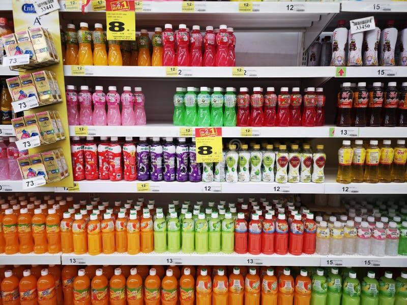 CHIANG RAI, TAILÂNDIA - 10 DE JANEIRO: Vário tipo de sucos de fruto na prateleira vendida no supermercado o 10 de janeiro de 2019 fotografia de stock