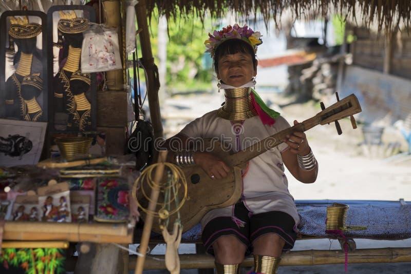 CHIANG RAI, TAILANDIA - 4 NOVEMBRE 2017: Canto lungo non identificato della donna della tribù della collina di Karen del collo immagini stock libere da diritti