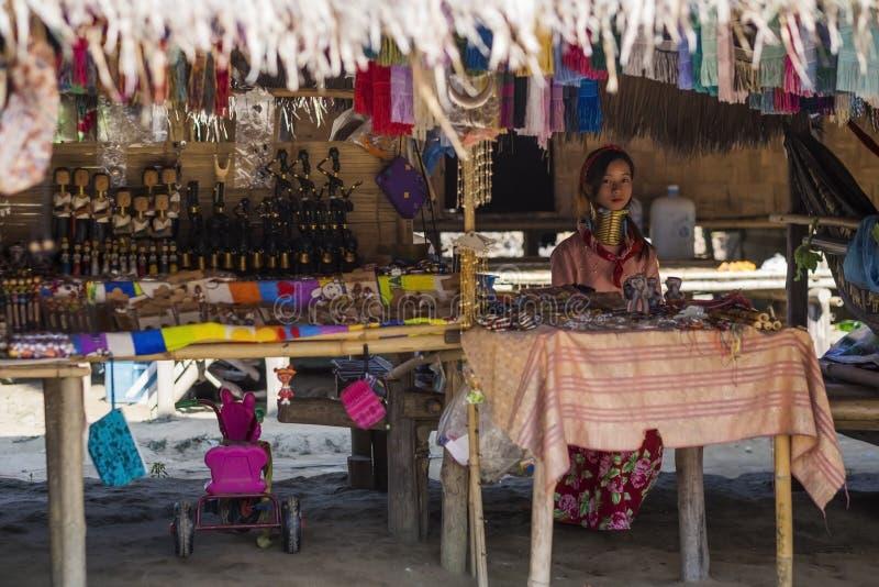 CHIANG RAI, TAILANDIA - 4 NOVEMBRE 2017: Donna lunga non identificata della tribù della collina di Karen del collo che vende le m fotografia stock