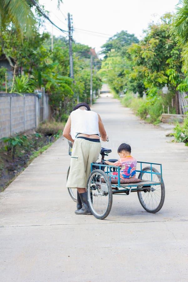 CHIANG RAI, THAÏLANDE - 5 NOVEMBRE : Asiatique handicapé non identifié image stock