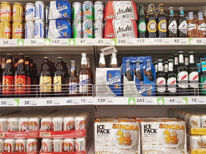 CHIANG RAI, THAÏLANDE - 28 OCTOBRE : diverse marque des bières pour s photo libre de droits