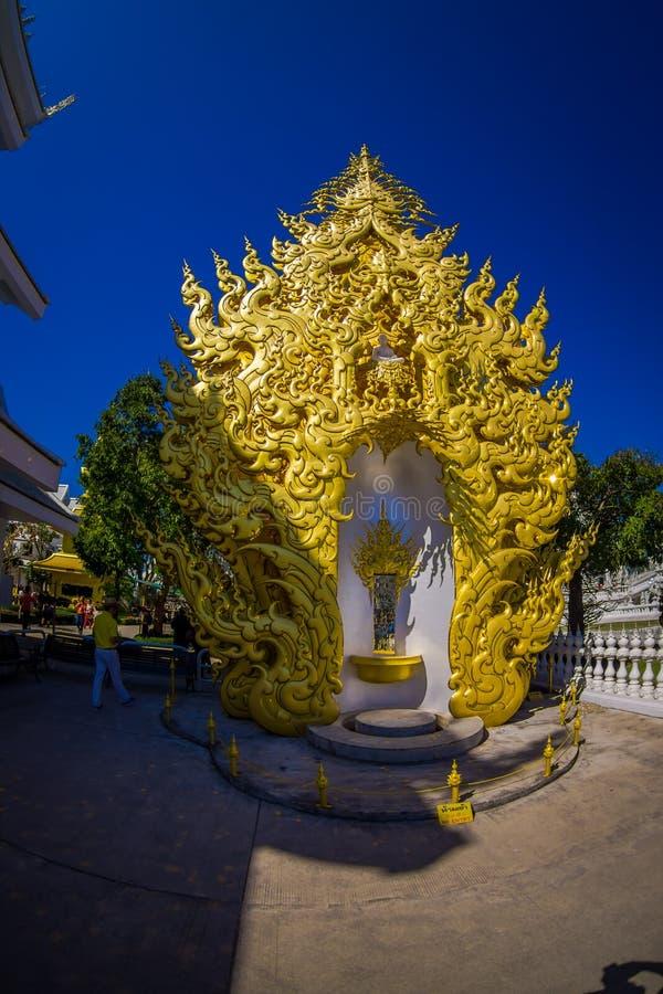 CHIANG RAI THAILAND - FEBRUARI 01, 2018: Talrika turister nära av den guld- strukturen på Wat Rong Khun White Temple in arkivfoto