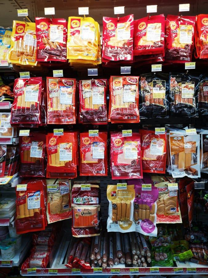 CHIANG RAI, THAILAND - JANUARI 10: diverse merken van worsten op plank verkochten in supermarkt op 10 Januari, 2019 in Chiang-rai stock foto's