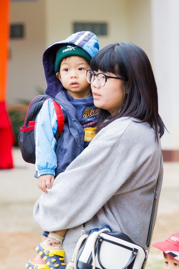 CHIANG RAI, THAILAND - JANUARI 13: Niet geïdentificeerde Aziatische moederwi royalty-vrije stock fotografie