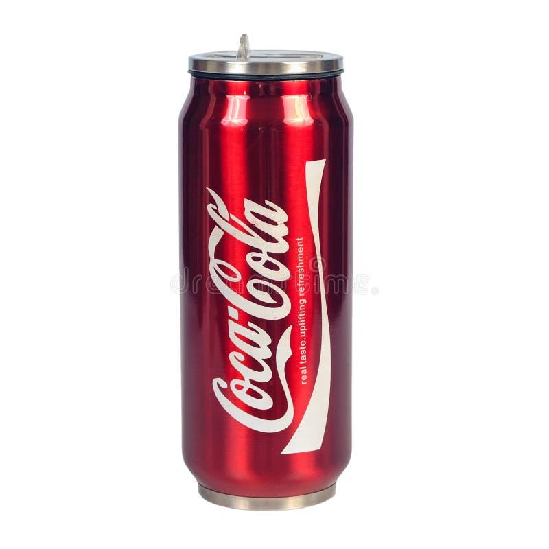 CHIANG RAI THAILAND - JUNI 21, 2019: Coca - colaiskylare kan den berömda kolsyrade läsken på vit backround royaltyfri bild