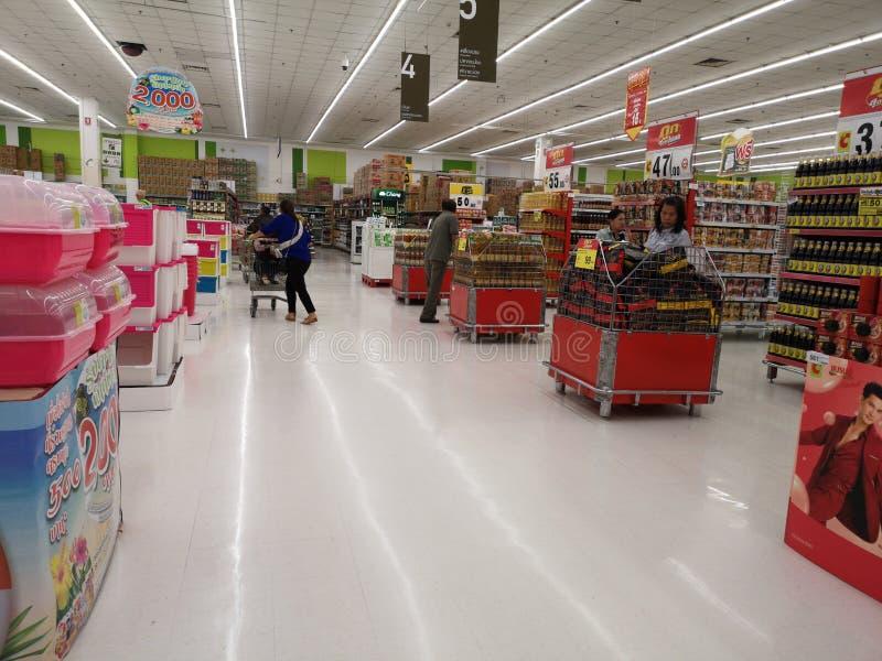 CHIANG RAI, THAILAND - 4. MÄRZ: Nicht identifizierte asiatische Kunden, die um Supermarkt am 4. März 2019 in Chiang Rai, Thailand stockbilder