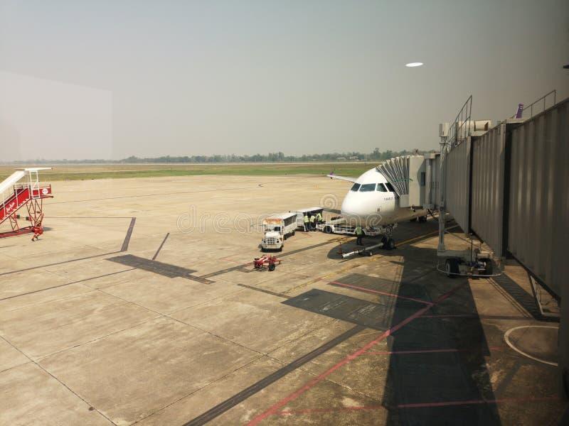 CHIANG RAI, THAILAND - MAART 29: aerobrug of het jetway verbinden met het vliegtuig bij luchthaven op 29 Maart, 2019 in Chiang-ra stock foto