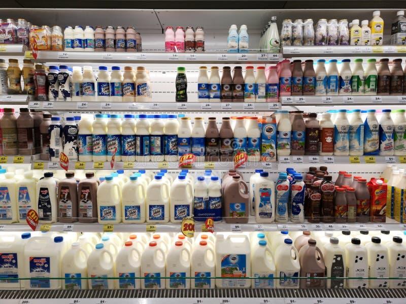 CHIANG RAI, THAILAND - MAART 7, 2019: diverse merken van melk en zuivelproducten op bevroren plank in supermarkt op 7 Maart, 2019 royalty-vrije stock foto's