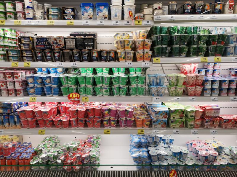CHIANG RAI, THAILAND - MAART 7, 2019: diverse merken van yoghurts op bevroren plank in supermarkt op 7 Maart, 2019 in Chiang-rai, stock afbeelding