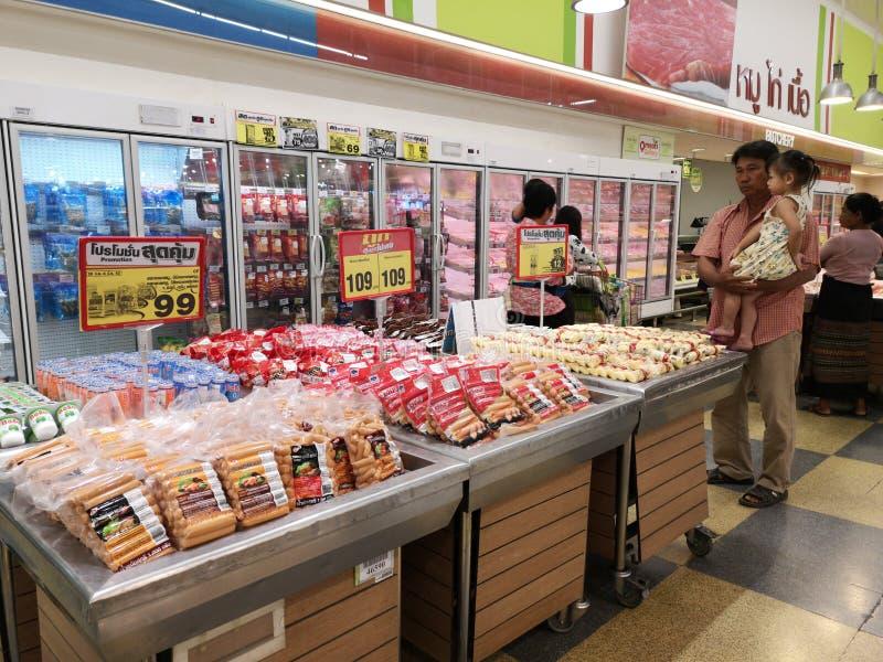 CHIANG RAI, THAILAND - MAART 4: Niet geïdentificeerde Aziatische klant die worsten op vertoning in supermarkt op 4 Maart, 2019 bi stock fotografie