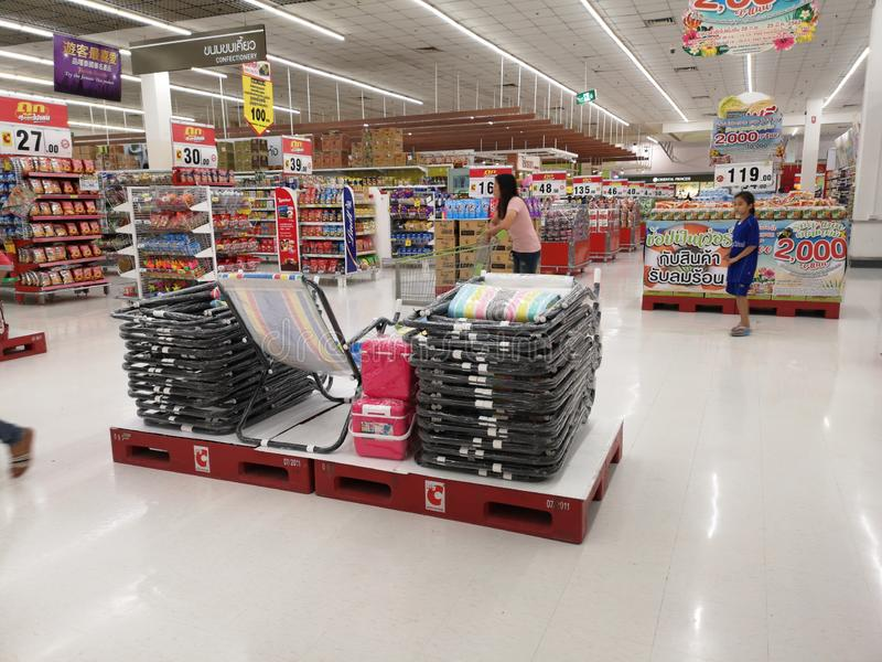 CHIANG RAI, THAILAND - MAART 4: Niet geïdentificeerde Aziatische klanten duwende kar in supermarkt op 4 Maart, 2019 in Chiang-rai stock foto's