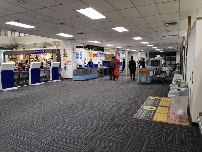 CHIANG RAI, THAILAND - MAART 29 12: niet geïdentificeerde reizigers bij ingang van de poort bij luchthaven op 29 Maart, 2019 in  stock foto