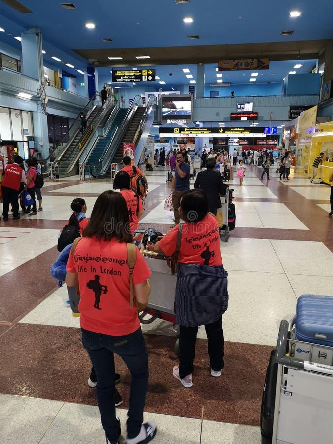 CHIANG RAI, THAILAND - MAART 29: niet geïdentificeerde reizigers die in luchthaven op 29 Maart, 2019 in Chiang-rai, Thailand lop royalty-vrije stock fotografie