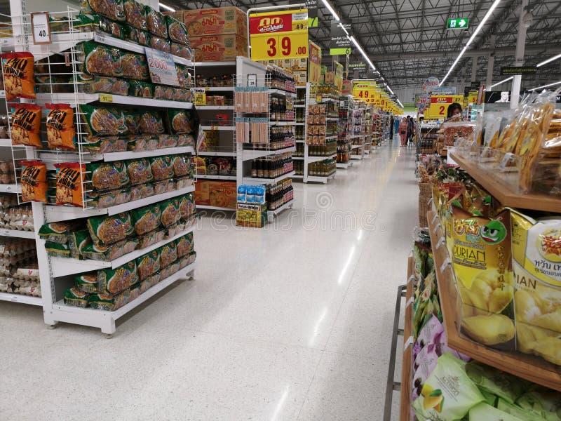 CHIANG RAI, THAILAND - MAART 7, 2019: Perspectiefmening van doorgang in supermarkt met producten op plank op 7 Maart, 2019 in Chi royalty-vrije stock fotografie