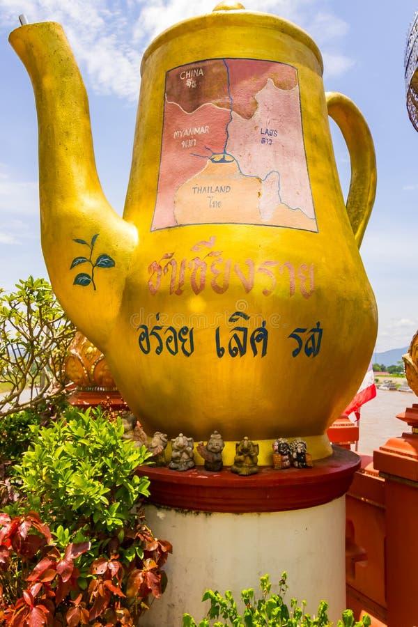 Chiang Rai Thailand, Maj 31 2015 - guld- stor Buddha i guld- triangel en berömd turist- fläck på tre gränser nästan royaltyfria foton
