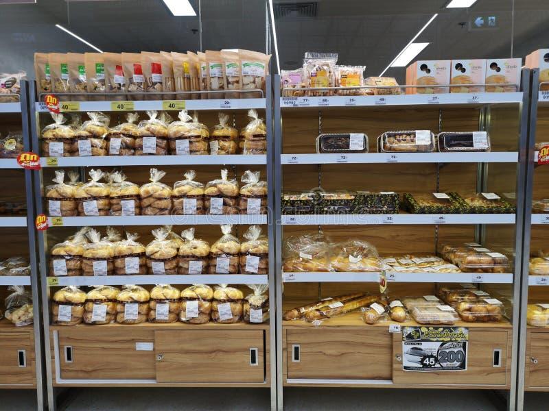 CHIANG RAI THAILAND - MARS 7, 2019: bageri och bröd på hyllan som säljs i supermarket på mars 7, 2019 i Chiang Rai, Thailand arkivbilder