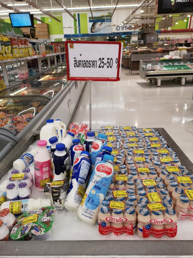 CHIANG RAI THAILAND - MARS 4: mejeriproduktrabatt 25-50 procent i supermarket på mars 4, 2019 i Chiang Rai, Thailand arkivfoto