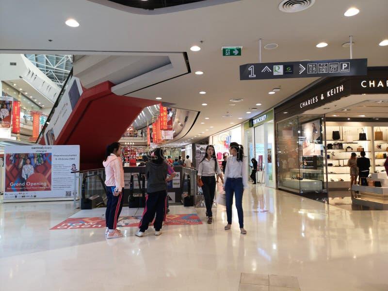 CHIANG RAI THAILAND - MARS 7, 2019: oidentifierat asiatiskt folk som går runt om inre av det centrala varuhuset på mars 7, royaltyfri bild