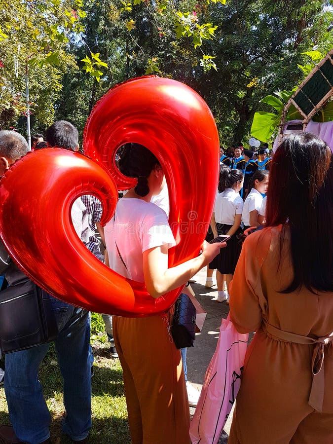 CHIANG RAI, THAILAND - 5. NOVEMBER: nicht identifizierter asiatischer Frau hol lizenzfreies stockfoto