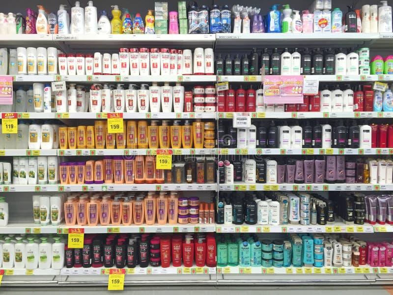CHIANG RAI, THAILAND - 28. OKTOBER: verschiedene Marke von Shampoo Bot stockbilder
