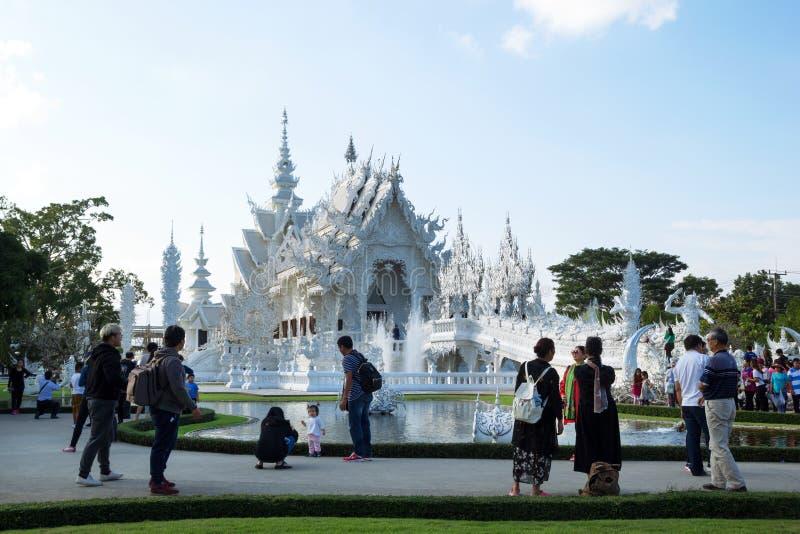 Chiang Raja Tajlandia, Grudzień, - 17, 2017: Widok na Wacie Rong Khun Biała świątynia z chodzącymi turystami fotografia stock