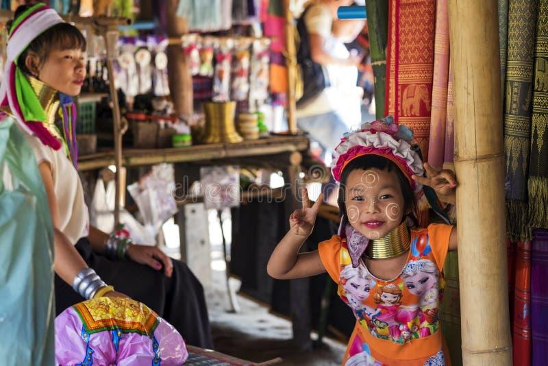 CHIANG RAJA TAJLANDIA, LISTOPAD, - 4 2017: Niezidentyfikowany Długi szyi Karen wzgórza plemienia dziewczyny ono uśmiecha się fotografia stock