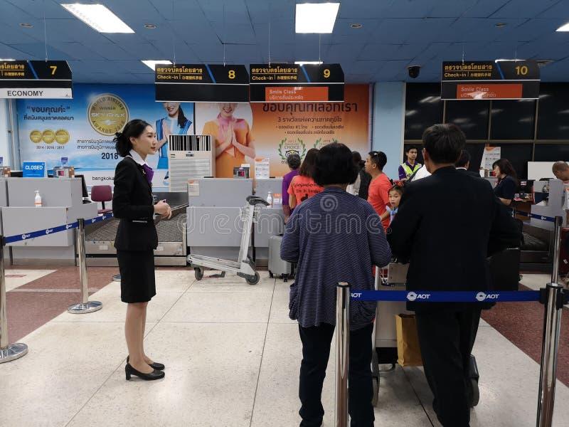 CHIANG RAJA TAJLANDIA, MARZEC, - 29: niezidentyfikowani podróżnicy stać w kolejce odprawa na Marzec 29 przy lotniskiem między obrazy royalty free