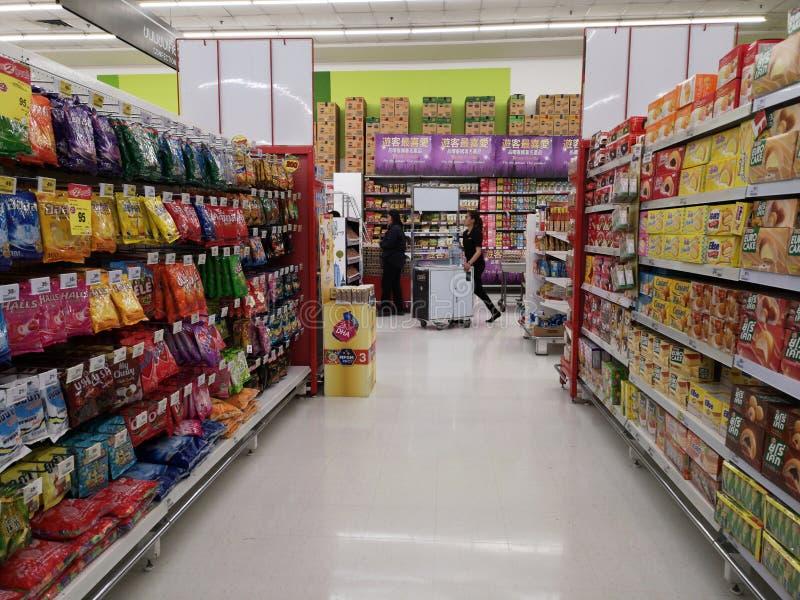 CHIANG RAJA TAJLANDIA, MARZEC, - 4: Niezidentyfikowany azjatykci żeński pracownik pcha gablotę wystawową w supermarkecie na Marze fotografia stock