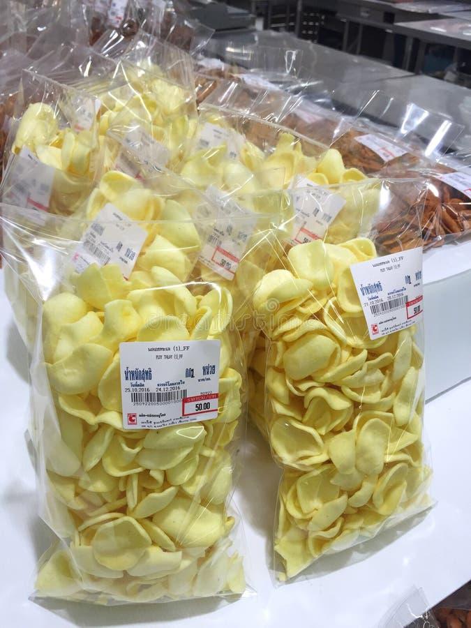 CHIANG RAJA TAJLANDIA, PAŹDZIERNIK, - 28: Tajlandzcy chrupiący ryż dla sprzedaży dalej zdjęcia stock