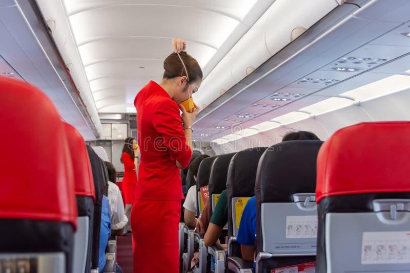 Chiangmai泰国- 2019年3月24日:空中小姐显示如何在船上使用氧气面罩 库存照片