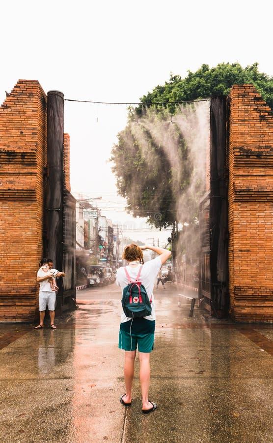 CHIANGMAI,泰国4月9,2019 -拍照片的年轻欧洲旅行家在Chiangmai Thapae门古老砖墙与 免版税库存图片