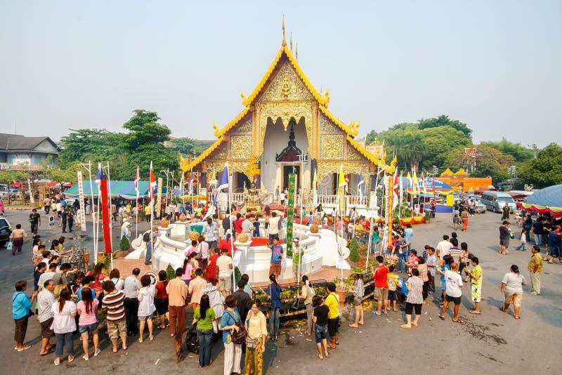 CHIANGMAI,泰国- 4月13 :对菩萨Phra辛哈寺庙的Phra辛哈的人倾吐的水在4月13日的Songkran节日 免版税库存图片