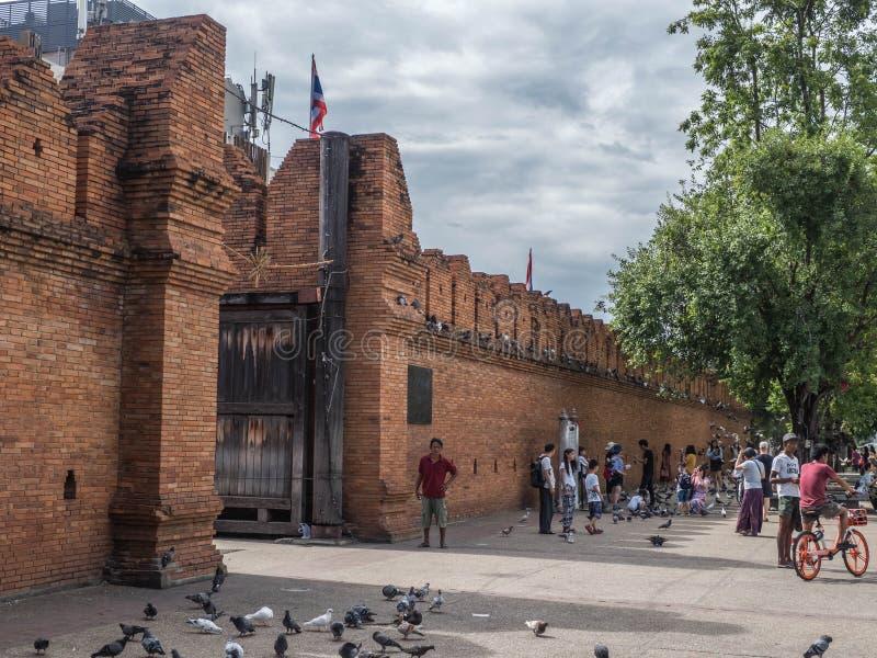 CHIANGMAI - ТАИЛАНД, 6-ое июля 2018: Ворота Thapae в парадном входе к старому городу Chiangmai, это место известный турист стоковые фотографии rf