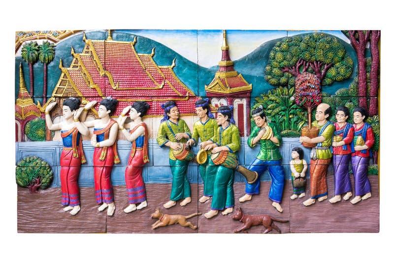 CHIANGMAI, ТАИЛАНД - 9-ОЕ СЕНТЯБРЯ 2016: Высекать камня традиционной тайской сельской жизни культуры в прошлом на стене виска на  стоковое изображение