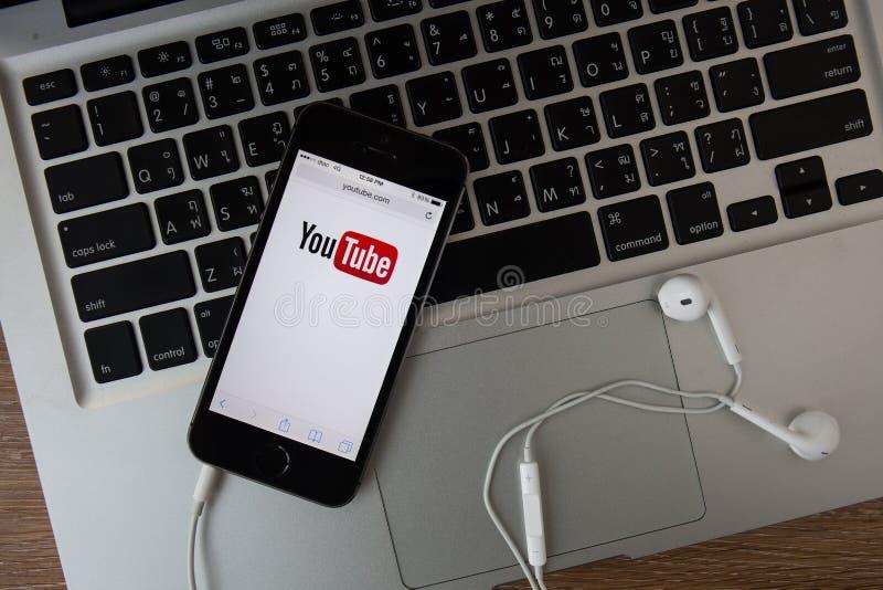 CHIANGMAI, ТАИЛАНД - 16-ОЕ ФЕВРАЛЯ 2015: Значок Youtube на iP Яблока стоковое изображение