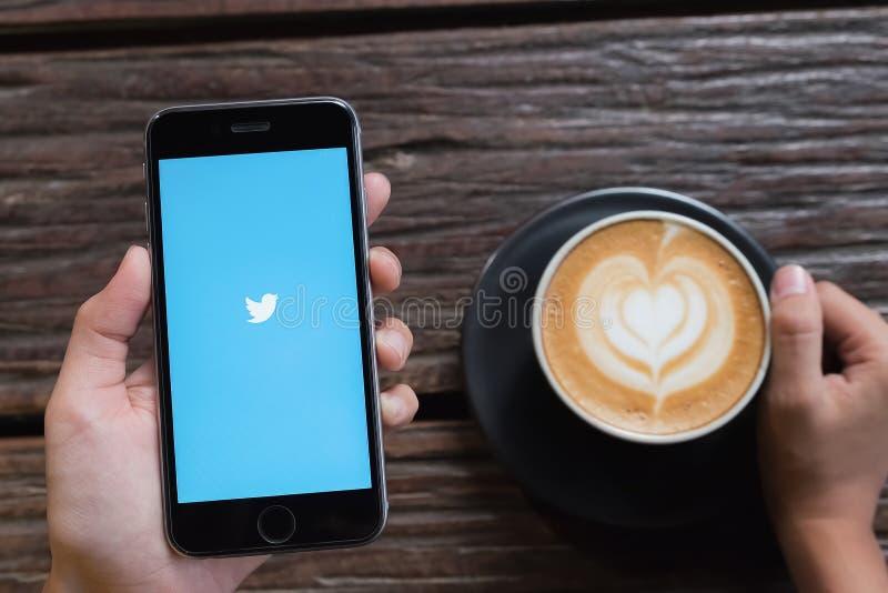 CHIANGMAI, ТАИЛАНД - ОКТЯБРЬ 24,2016: Iphone 6s раскрывает Twitter app twit стоковое фото rf
