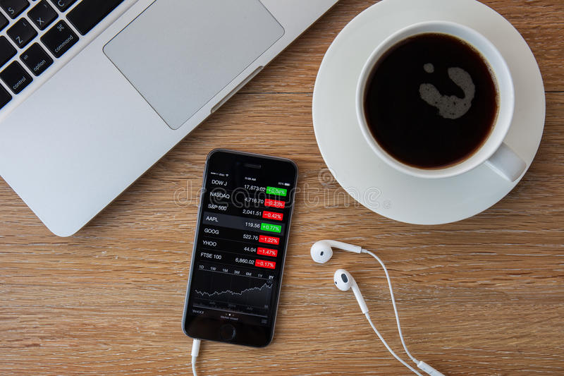 CHIANGMAI, TAILÂNDIA - 5 DE FEVEREIRO DE 2015: Mão que guarda o iPhon de Apple imagem de stock royalty free
